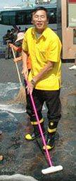 Der Bezirkschef will es sauber haben zu Songkran.