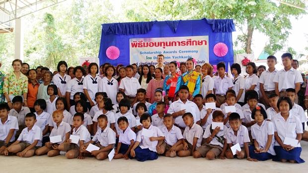 """Dr. Ramin (hinten Mitte) mit """"seinen"""" Kindern, deren Eltern und Lehrern beim Gruppenbild."""