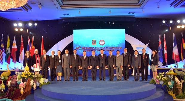 Bei der 48. Konferenz von SEAMEO im Royal Cliff Hotel beglückwünscht Gouverneur Komsan den neuen Vorsitzenden von SEAMEO, den thailändischen Unterrichtsminister  ADM Narong Pipatanasai.