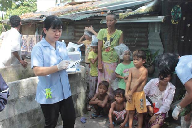 Apinya Promvichien, Krankenschwester vom Tungkom-Tanman Health Center kümmert sich mit ihren KollegInnen um die Kinder.