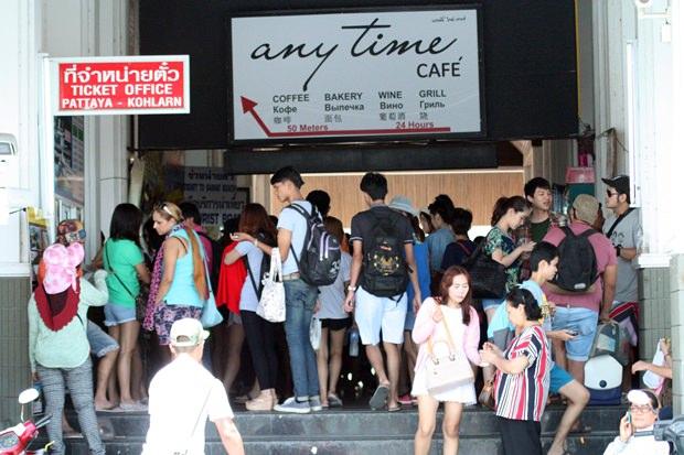 Viele asiatische Touristen stehen Schlange um auf die Fähren zu gelangen.