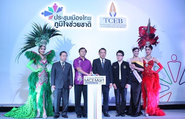 Vize-Gouverneur Chamnanvith Techarat, der Präsident der TCEB, Nppparat Maythathaveekulchai und der Stadtrats-Vizepräsident Rattanachai Suttidechanai, der auch gleichzeitig Präsident des Kultur- und Toutismuskomitees ist, beim Gruppenfoto.