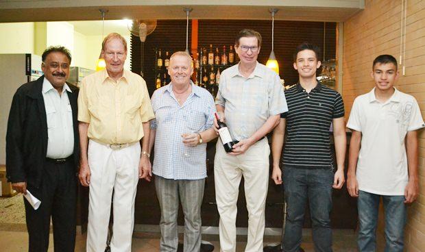 (Von links) Peter Malhotra, der geschäftsführende Direktor der Pattaya Mail Media Group, Generalmanager Helmut Zimmermann, Gudmund Eiksund, der geschäftsführende Direktor der Norwegian Properties Group, Jan, Kevin und Matthew Aamlid.