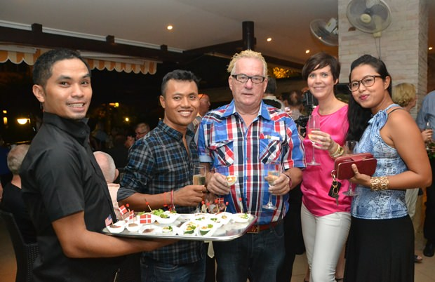 Die Angestellten des Restaurants begrüßen die Gäste herzlich.