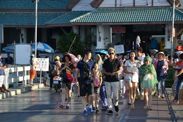 Chinesische Touristen strömen immer noch in Massen nach Koh Larn.
