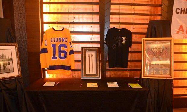 Einige Stücke werden für die Stille Auktion ausgestellt.