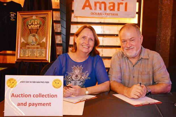 Murray & Karyn Walker achten darauf, dass das Geld für die Auktion eingeht.