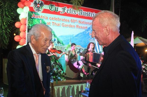 Iawo Segiguchi (links) und Gerrit Niehaus unterhalten sich angeregt.