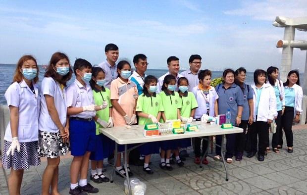 Bupha Songsakulchai, vom Gesundheitsamt Pattaya führt verschiedne BEamte und Schulkinder auf dem Markt herum um diesen und die Händler auf Hygenie zu prüfen.