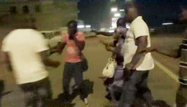Verdeckte Polizeibeamte helfen Menschen aus dem Splendid Hotel zu flüchten. (AP Television via AP)