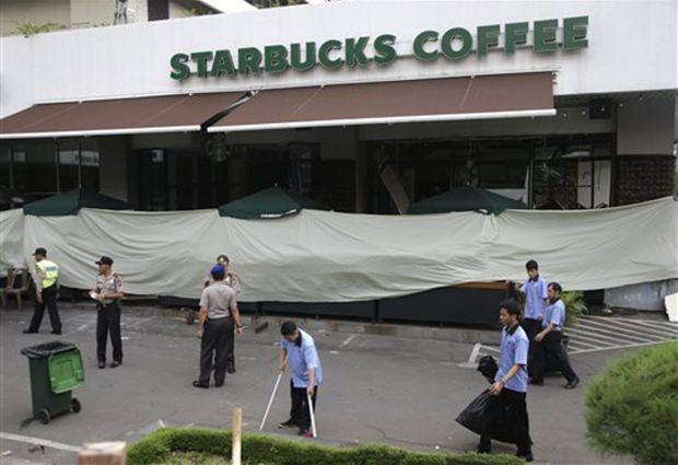 Arbeiter reinigen den Platz vor dem Starbucks Café nach dem tödlichen Anschlag durch die IS. (AP Photo/Tatan Syuflana)