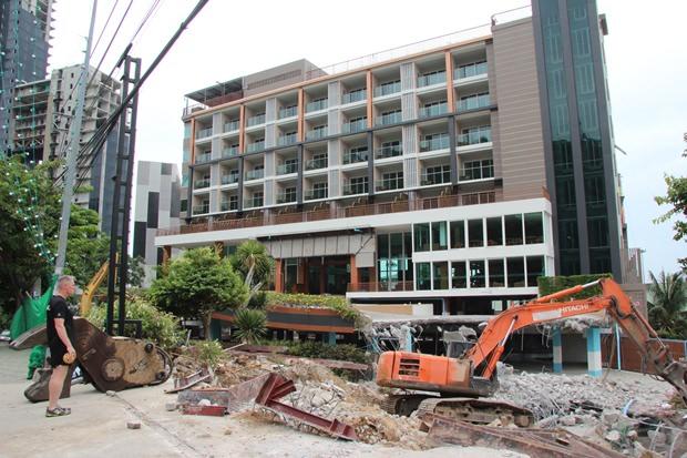 Das Parkgebäude des Bali Hai Bay Hotel wurde als erstes von der amtierenden Stadtregierung zerstört.