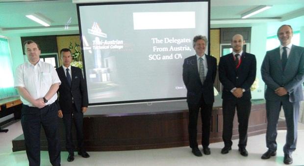 Honorar-Generalkonsul Rudolf Hofer (2. von links) mit der österreichischen Delegation bei deren Besuch im Thai-Austrian Technische College in Sattahip.