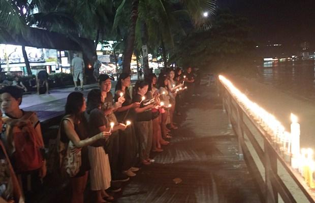 Einwohner Pattayas entzünden Kerzen um Seiner Majestät den WEg ins Himmelreich zu beleuchten.