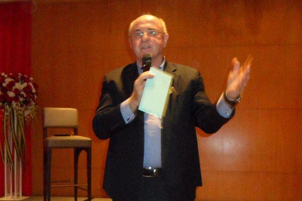 Erich Erber stellt seinen bekannten Gast den Zuhörern vor.