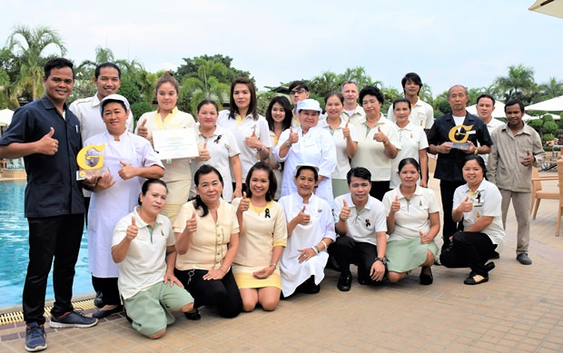 Die gesamte Belegschaft des Thai Garden Resort freut sich ungemein über den Preis, zu dem auch alle Angestellten des Hotels mit beigetragen haben.