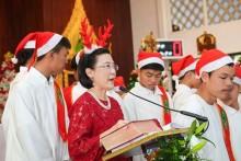Viel Unterhaltung gibt es in der St. Nikolaus Kirche an der Sukhumvit Road. Kinder der HHNFT singen während der Messe unter Leitung von Radchada Chomjinda, der HHNFT Direktorin, wunderschöne Weihnachtslieder.
