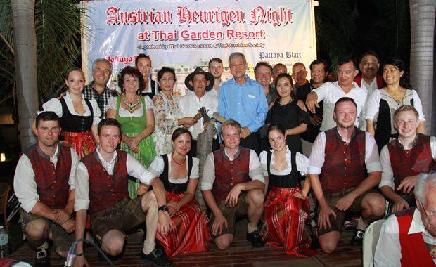 Die Silberplattler Tänzer mit einigen Ehrengästen. Wie man sehen kann haben Bürgermeister anan und Vizebürgermeister Apichart fleißig Holz gefällt (beide Mitte).