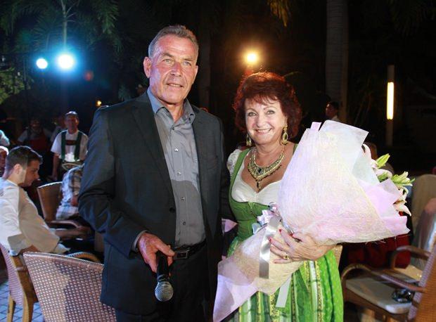 Auch Elfi Seitz erhält Blumen von Gottfried Auer für ihren großen Einsatz zum veranstalten des Heurigen Pattaya.