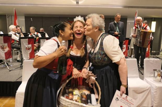 Die drei glücklichen Siegerinnen: (von links) Mayuree Auer, Tara Savage und Vicky Thananan.