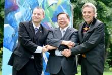 Verbrüderung von Deutschland und Thailand unter Berliner Mauerfregmenen. Von links Botschafter Georg Schmidt, Vize-Außenminister Virasakdi Furtakul und Axel Brauer.