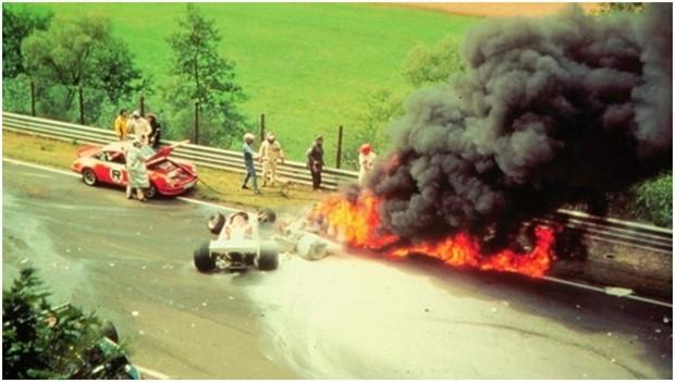 Niki wird aus dem flammenden Inferno geborgen.
