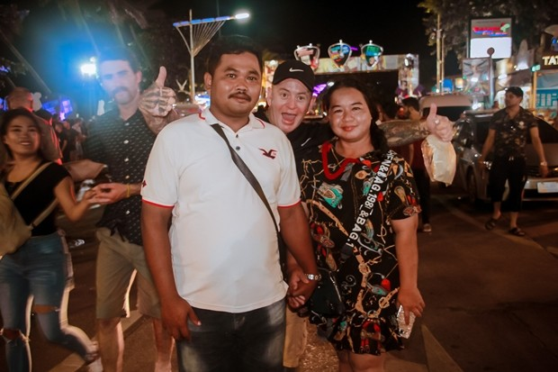 Thais und Ausländer genießen gleichermaßen die Konzerte.