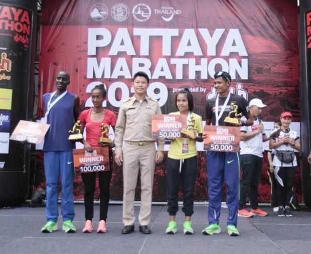 Der stolze Sieger des Marathonlaufes: Chepkok Kibiwott aus Kenya und Marta Tinsae Birehan, Siegerin bei den Damen aus Äthiopien.
