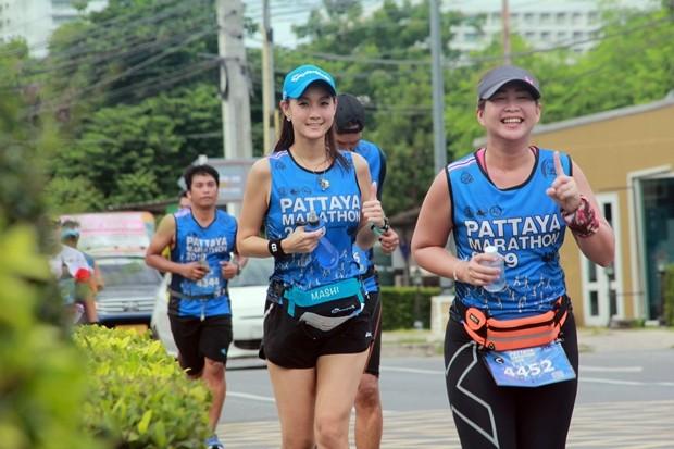 Teilnehmer laufen an der Jomtien 2. Road.
