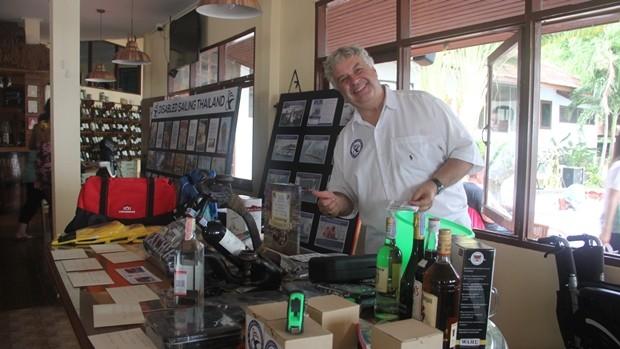 Peter Jacops der Gründer des Behinderten Segel Clubs Thaoland übergibt Preise.