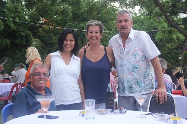 Noi vom Micky Aussy Shop in Bangsaray (2. von links) mit ausländischen Freunden.