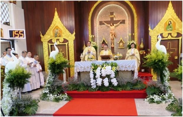 Die heilige Messe wird zelebriert.