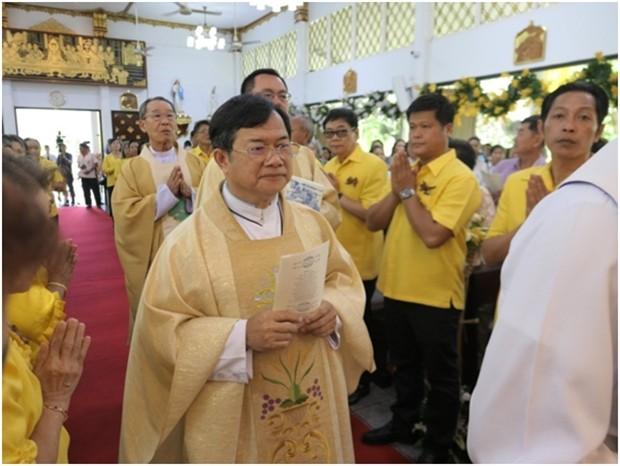 Die Priester schreiten in die Kirche um den Gottesdienst zu zelebrieren.