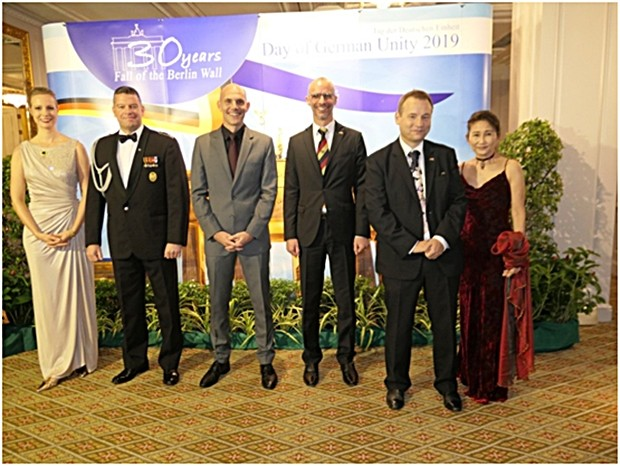 In Erwartung der Gäste; (von rechts) Madame Y.L. Fong, Botschafter Georg Schmidt, Jan Scheer, Botschaftsrat 1. Klasse und Wirtschaftsrat, sein Ehemann Florian, Militärattache Axel Dohmen und seine Gattin.