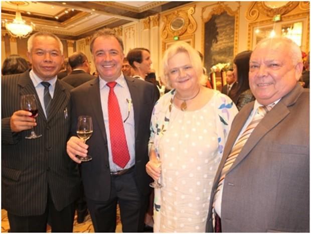 Österreichs Botschafterin Dr. Eva Hager mit (von links) Palisorn Noja, Thomas Sack und Claus-Peter Lippert (ganz rechts).