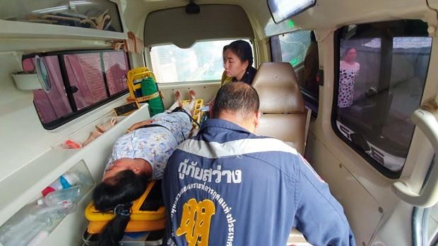 Das Sawangrochanathammasatan Sattahip Foundation Rettungsteam rettete die Frau in letzter Minute.