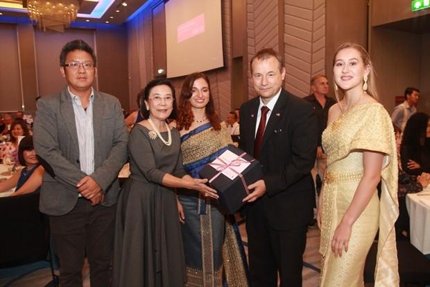 Der Botschafter erhält ein Geschenk von Radchada Chomjinda, der Direktorin der Human Help Network Foundation Thailand.