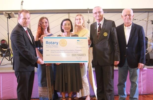 HHNFT Direktorin Radchada Chomjinda erhält aus den Händen von botschafter Georg Schmidt einen Scheck über 500.000 Baht aus dem Erlös des Golfturniers, während dieter Barth zusieht.