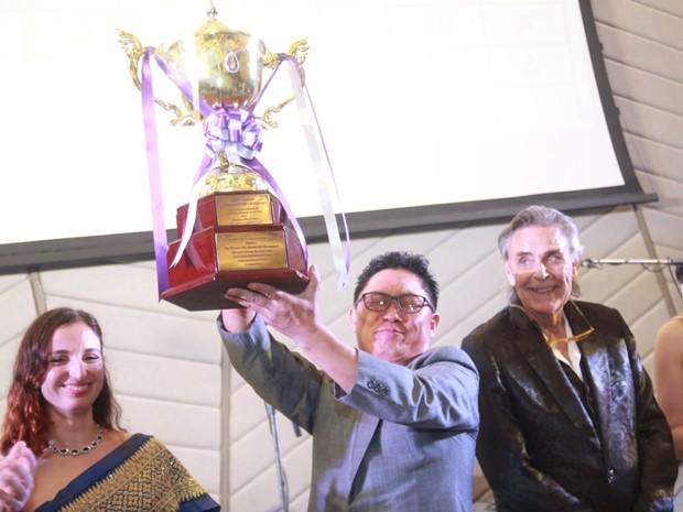 Der überglückliche Koreaner Park Jung Chum gewinnt den wertvollen Prinzessin Sirindhorn Pokal und Organisator Axel Brauer freut sich darüber.
