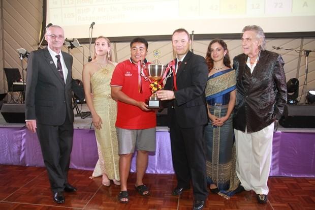 Botschafter Georg Schmidt übergibt seinen gestifteten Pokal an Dr. Kampanart Tangamatakul.
