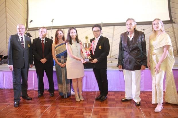 Rattanachai Sutidechanai überreicht den Pokal des Bürgermeisters an Tarana Kanya.