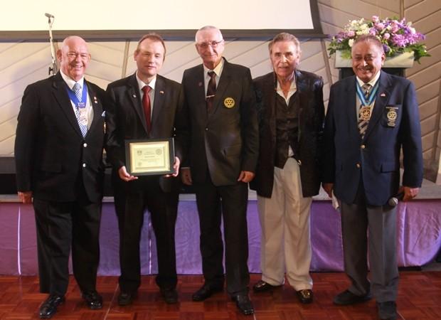 Seine Exzellenz Botschafter Georg Schmidt erhält die Ehrenmitgliedschaft im Rotary Club Phönix Pattaya.