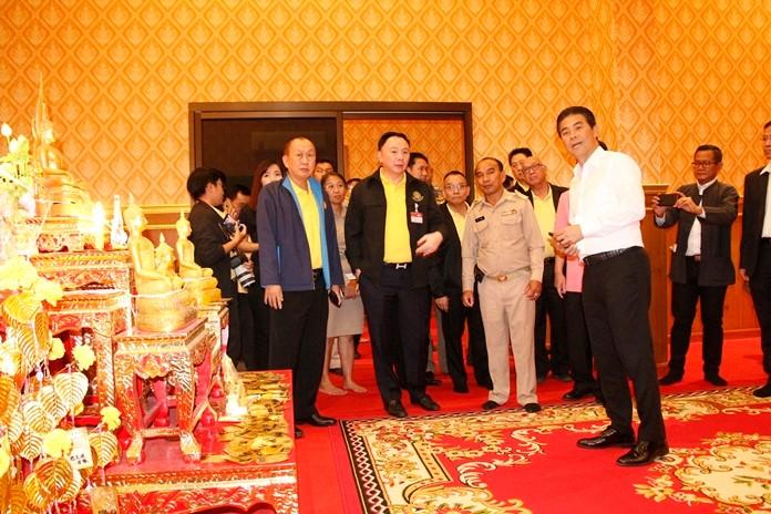 Der Tempel wird unter Leitung von Tewan Liptapanlop, einem Minister zugehörend zum Ministerpräsidentenbüro, durchsucht.