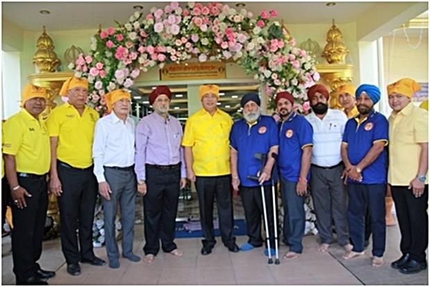 Amrik Singh (5. Von rechts) der Leiter der Sikh Gemeinschaft und Paramjit Singh Ghogar (4. von rechts) und anderen Sikhs begrüßen Bürgermeister Sonthaya und dessen Begleiter.