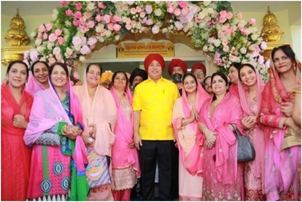 Die Sikh Damen drängen sich um den Bürgermeister.