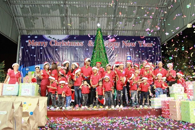 Der Direktor des Pattaya Orphanage, Vater Veera Phungruk, eröffnet das bunte Fest.