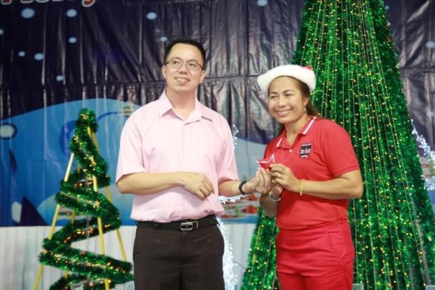 Der ehemalige Pastor Pattayas, Vater Kritsada Sukapat, übergibt einem glücklichen Gewinner eine Goldkette.