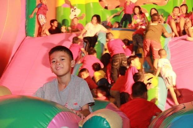 Kinder genießen das Spiel im aufblasbaren Schloss.
