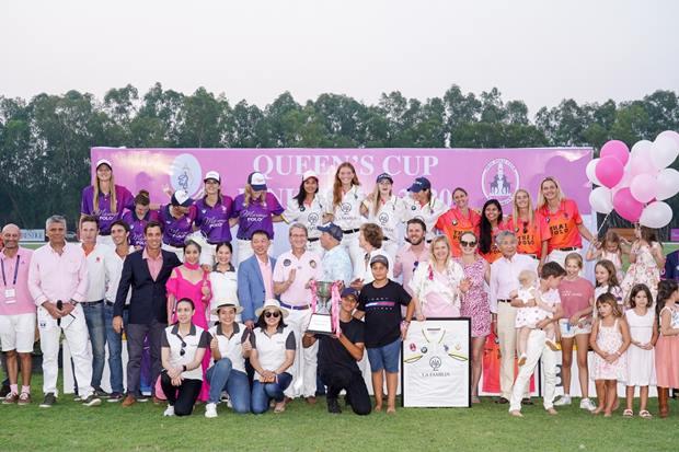Alle drei Siegerteams mit Freunden, Sponsoren und Ehrengästen.