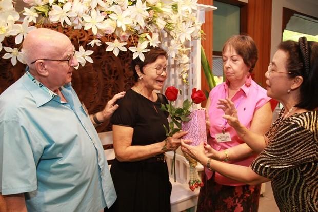 Judith überreicht Sopin Thappajug Blumen zum Dank für ihre stetige Hilfe.